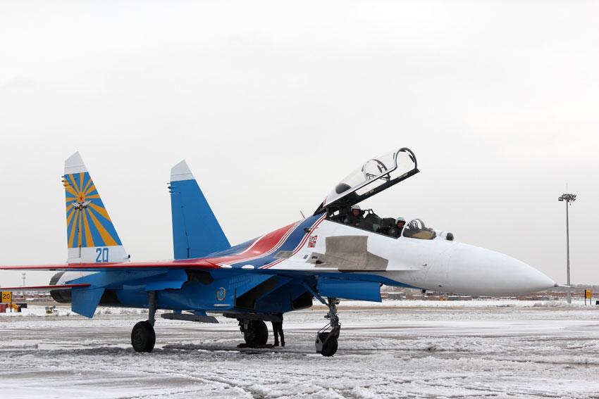 """俄罗斯""""勇士""""特技飞行表演队6架飞机降落呼和浩特"""