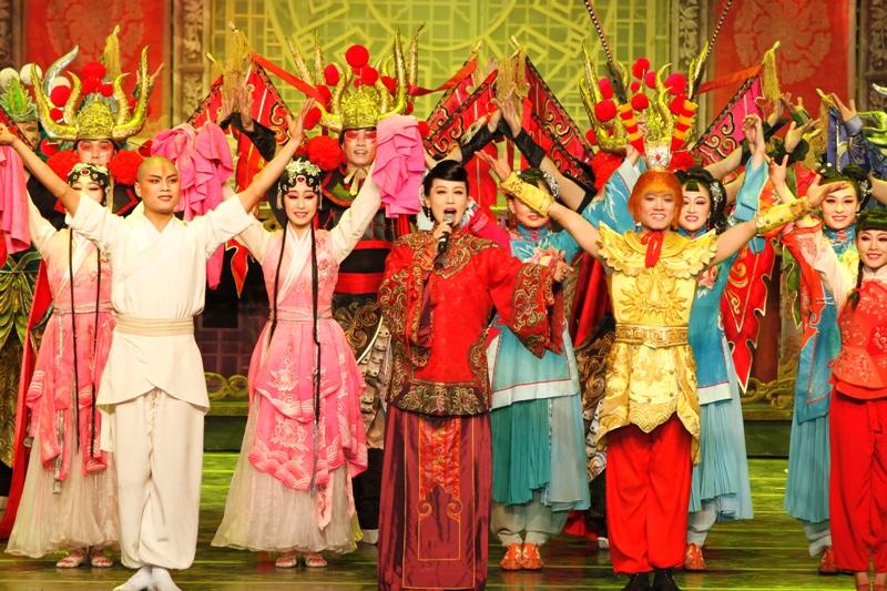 总政歌舞团著名歌唱家谭晶演唱舞剧《粉墨春秋》主题曲.(图片由孔
