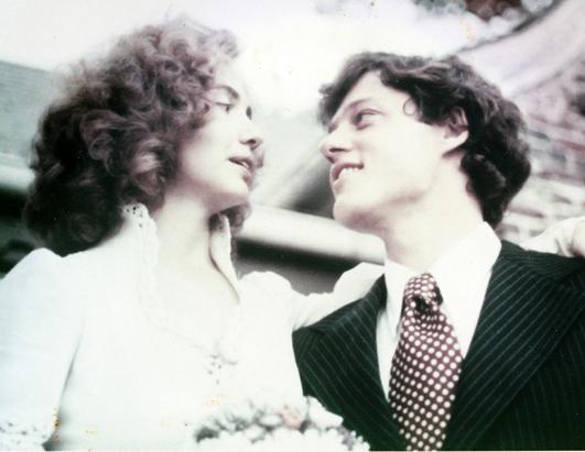1975年10月11日,克林顿和希拉里在阿肯色州的费耶特维尔举行婚礼。 (The William J. Clinton Presidential Library)