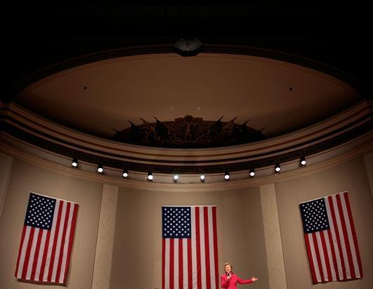"""2008年3月26日,民主党总统候选人希拉里在美国革命女儿会大厅发表了题为""""走向胜利""""的演讲。 (Chip Somodevilla/Getty Image)"""