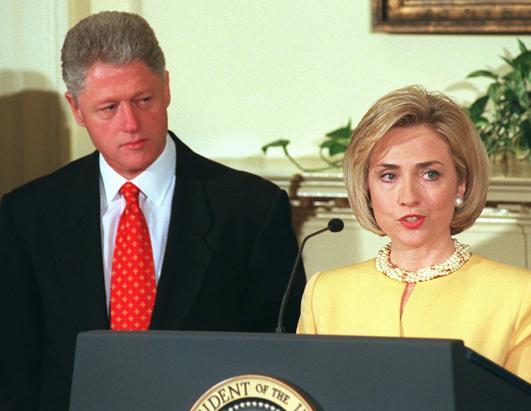 1998年1月26日,第一夫人希拉里在白宫站在美国总统克林顿身旁。当时,克林顿刚刚否认了与莱温斯基的不正当关系。(Joyce Naltchayan/AFP/Getty Images)