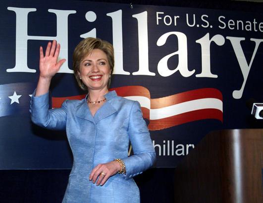 2000年11月7日,希拉里在离开一场纽约的会议前向大家挥手。(Doug Kanter/AFP/Getty Images)