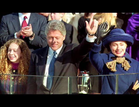 1993年1月20日,美国总统克林顿在宣誓就职之后,与妻子希拉里和女儿切尔西一起向公众挥手。(Tim Clark/AFP/Getty Images)