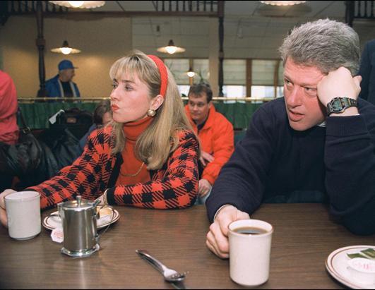 1992年2月16日,民主党总统候选人克林顿与妻子希拉里在贝德福德市参加竞选活动时的休息瞬间。 (John Mottern/AFP/Getty Images)