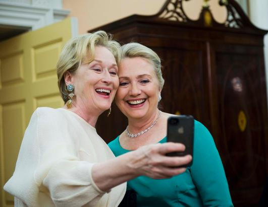 2012年12月1日,美国演员梅丽尔·斯特里普用手机在美国国务院与希拉里合照。(Kevin Wolf/AP Photo)