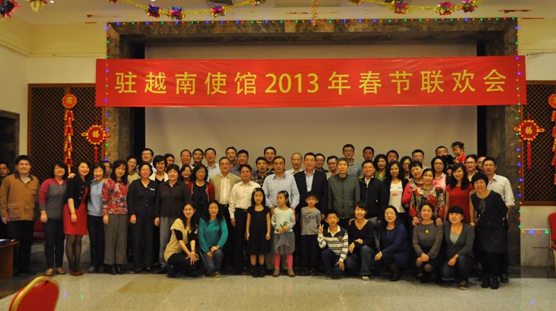 中国驻越南大使孔铉佑携馆员向祖国人民拜年