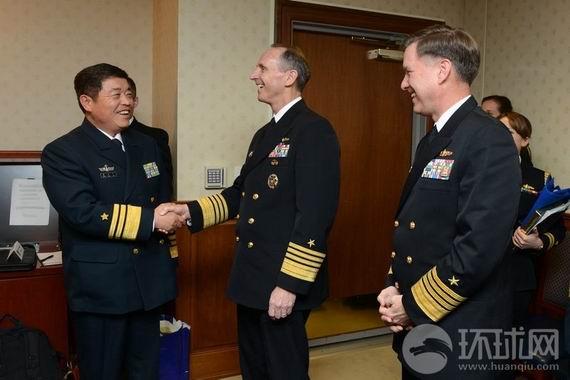 2012年12月6日,中国人民解放军海军副司令员张永义(左)在美国首都华盛顿会晤了美国海军作战部长乔纳森·格林纳特(中)和美国海军作战部副部长马克·弗格森(右)。
