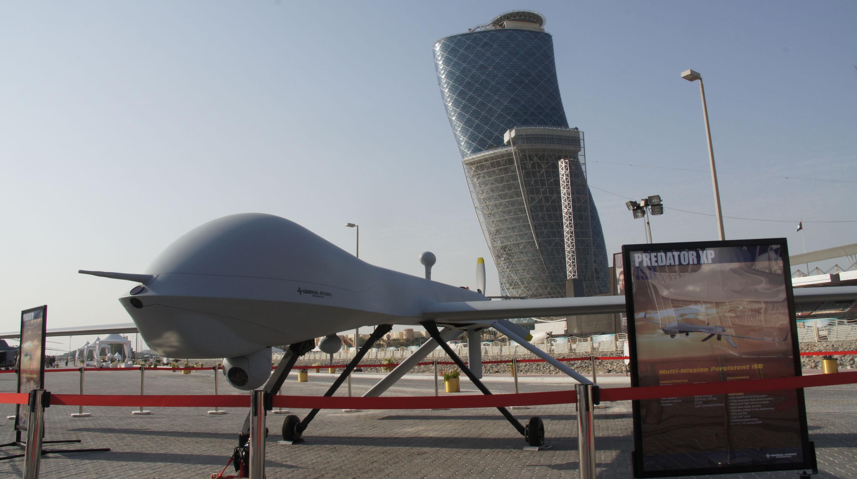 """這是2013年2月19日在阿拉伯聯合酋長國(阿聯酋)首都阿布扎比舉行的第二屆阿布扎比海軍防務展上展出的全尺寸""""捕食者""""無人機模型。 攝影:新華社記者  安江"""