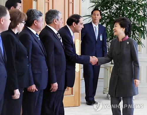 朴槿惠/韩国总统朴槿惠26日上午在青瓦台接见了欧亚八国的驻韩大使。(...