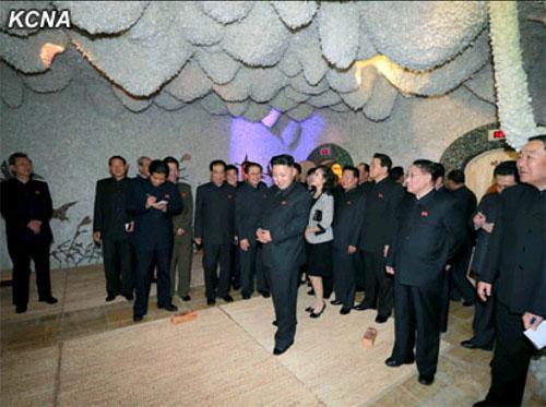 金正恩/4月27日,朝鲜最高领导人金正恩携夫人李雪主视察了即将开业的...