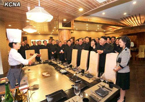 李雪主 金正恩/4月27日,朝鲜最高领导人金正恩携夫人李雪主视察了即将开业的...