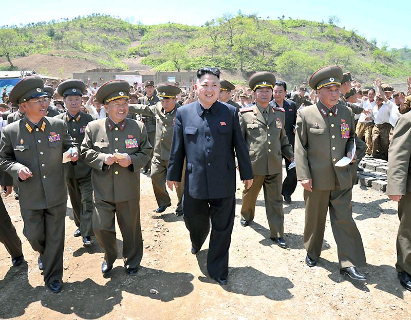 金正恩视察朝鲜人民军第405部队和育种场