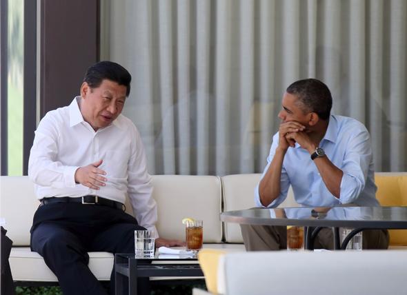 2013年6月8日,国家主席习近平在美国加利福尼亚州安纳伯格庄园同美国总统奥巴马举行中美元首第二场会晤。这是会晤开始前,习近平和奥巴马在庄园散步途中茶歇交流。             摄影:新华社记者  兰红光