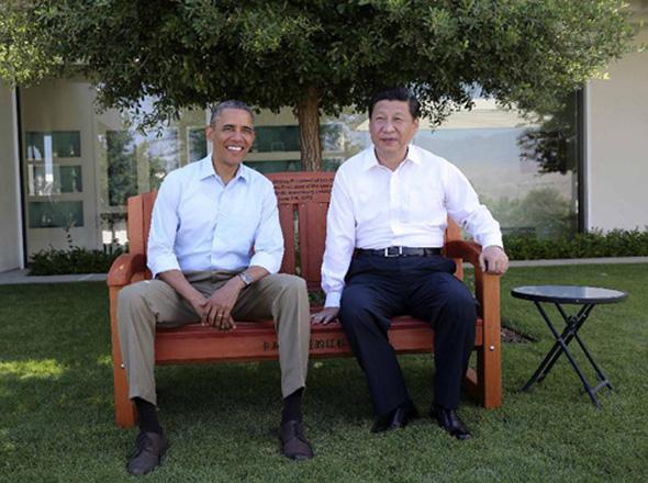 当地时间2013年6月8日上午,中国国家主席习近平同美国总统奥巴马在美国加利福尼亚州安纳伯格庄园举行第二场会晤。会晤开始前,习近平和奥巴马在风光秀丽的庄园内散步,在轻松的气氛中交谈。这是散步途中,奥巴马将加利福尼亚州红杉木椅赠送给习近平。 摄影:新华社记者  兰红光