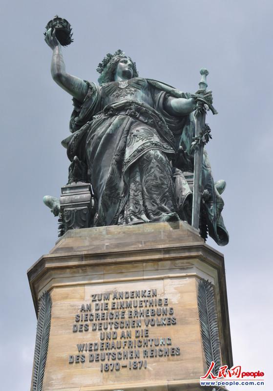 郑青亭/纪念碑的最上方是象征着德意志帝国的女神日耳曼妮娅,她左手握...