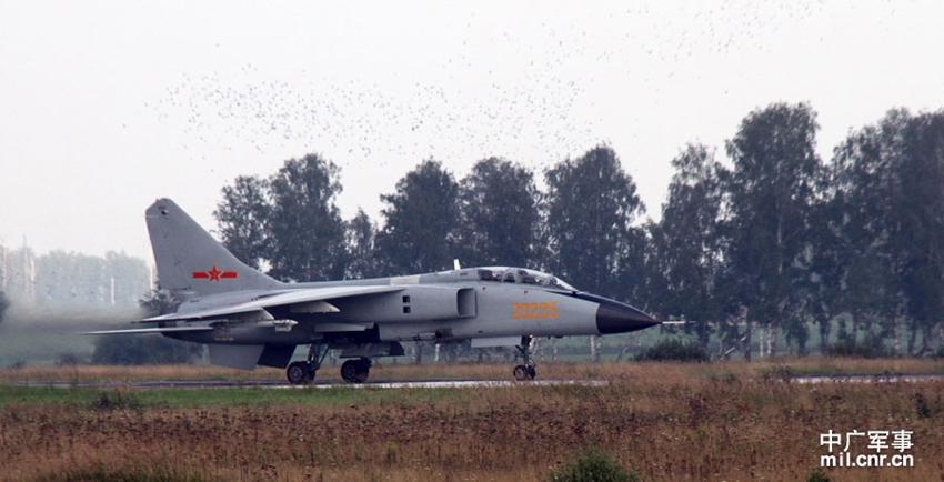 20225号歼轰-7飞机准备起飞摄影:王亮