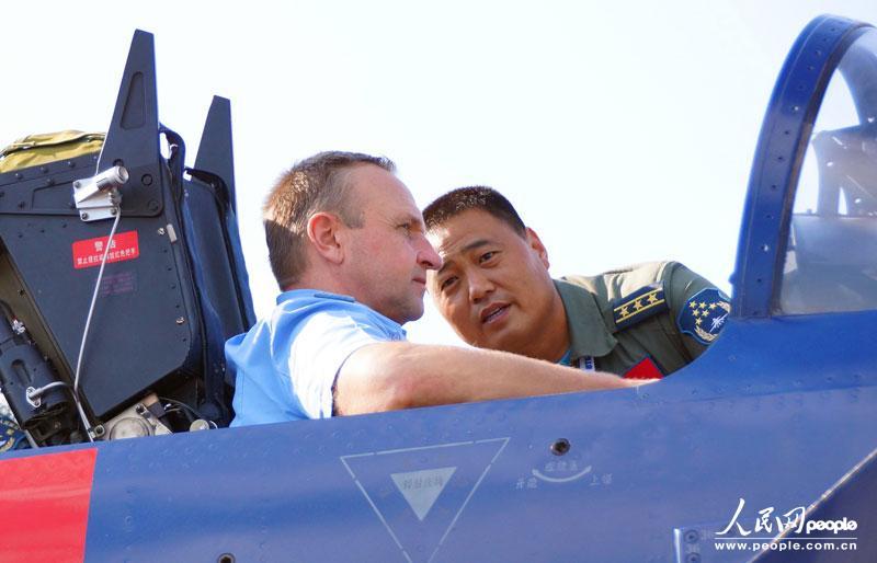 当地时间8月21日下午,俄罗斯空军副总司令兹维亚津(左),与中国空军八一飞行表演队队长曹振(右)探讨飞行体会,了解歼十表演机性能。组建51年来首次飞出国门的中国空军八一飞行表演队,应俄罗斯空军邀请前来参加第十一届莫斯科航展。申进科 摄