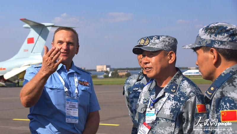 当地时间8月21日下午,俄罗斯空军副总司令兹维亚津(左一),在莫斯科拉缅斯科耶机场会见中国空军八一飞行表演队一行,畅谈中俄两国两军友谊。组建51年来首次飞出国门的中国空军八一飞行表演队,应俄罗斯空军邀请前来参加第十一届莫斯科航展。申进科 摄