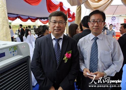 陕西法士特汽车传动集团有限责任公司董事长李大开(左)和泰国开泰银行第一副总裁蔡伟才。