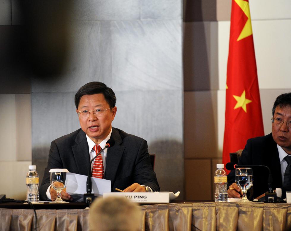 (左)在新闻发布会上发言.-中国元素成APEC工商领导人峰会亮点图片