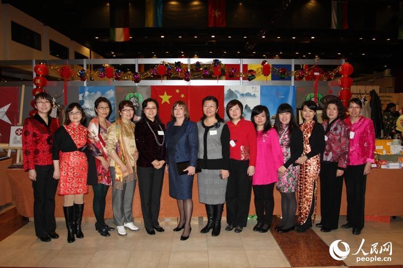 驻捷克使馆妇女小组与捷总统夫人在圣诞义卖时合影