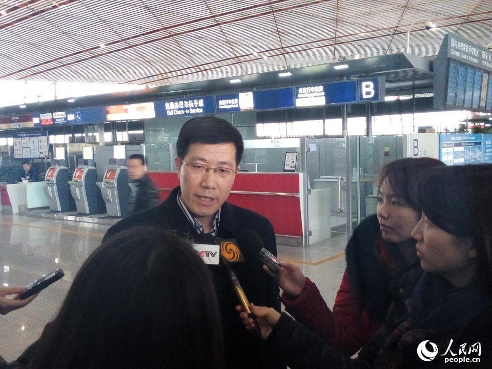 图为中国政府联合工作组组长,外交部领事司副司长郭少春在首都机场T3航站楼接受记者采访。 (人民网记者 宋豪新摄)