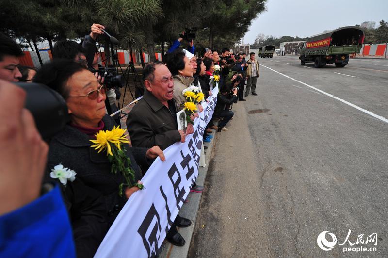 烈士家属欢迎英雄回家。几位年长的老人,禁不住泪流满面。(人民网 王磊摄)
