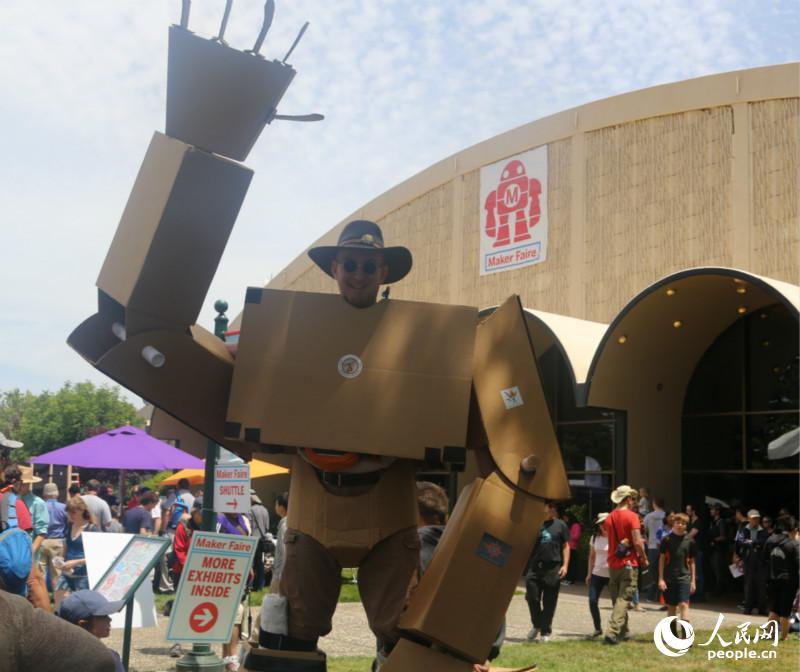 创意 韩莎莎/身着巨型机器人造型服饰的Jason Lentz参与5月17日的创意展(...