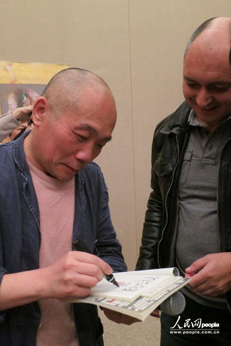 法国观众向邢健健为法国观众签名留念.人民网记者王芳摄