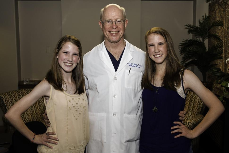 高清:美国连体婴姐妹分离变美女 18年后与医生