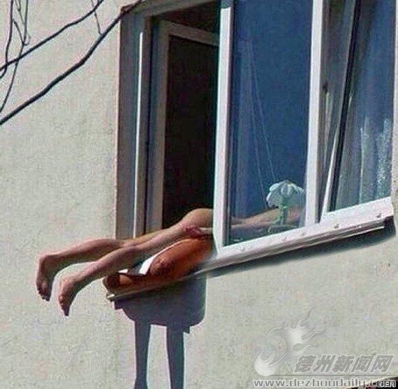 奥地利美女窗外全裸晒日光浴 致两车相撞