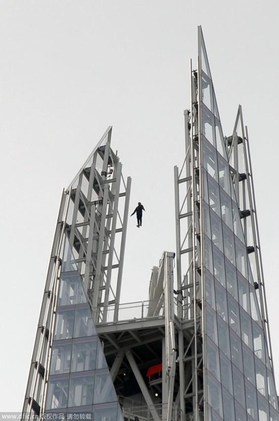 高清:英国魔术师悬浮在309米高大厦顶端
