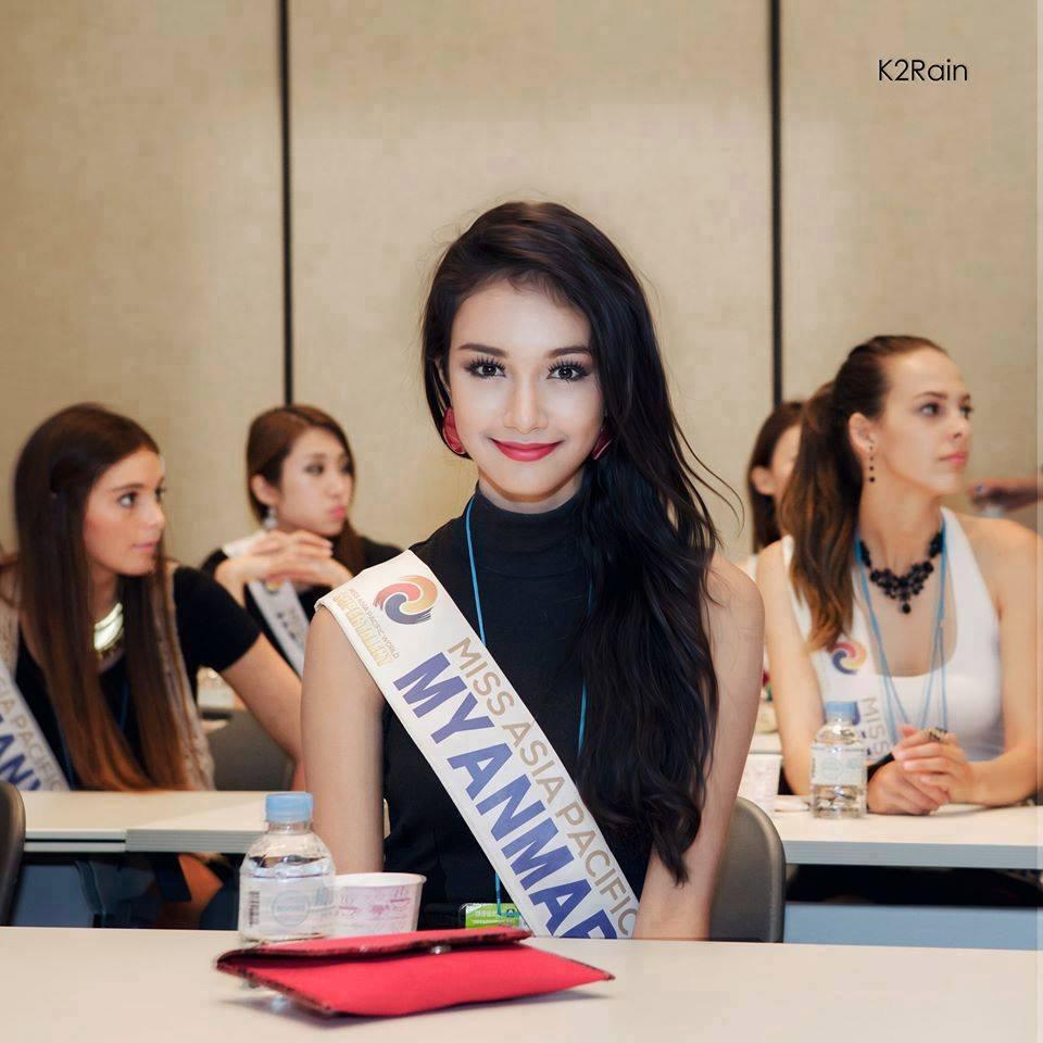 人民网9月5日讯 综合媒体报道,今年5月16岁的缅甸女孩梅密诺(May Myat Noe)代表缅甸首次参加由韩国主办的2014年亚太世界小姐选美比赛并一举胜出,成为缅甸首位国际选美的冠军。然而让人意想不到的是,选美比赛主办方于上周突然宣布,由于梅密诺的行为不检和撒谎,剥夺她的冠军头衔,随后又宣称,她携带价值10万美元的桂冠潜逃。梅密诺2日在仰光召开新闻发布会,就整个事件进行回应,称自己被选为冠军后曾被韩国主办方要求整容和陪睡。 2014年韩国亚太世界小姐选美比赛于今年5月在韩国举行,16岁的缅甸女孩