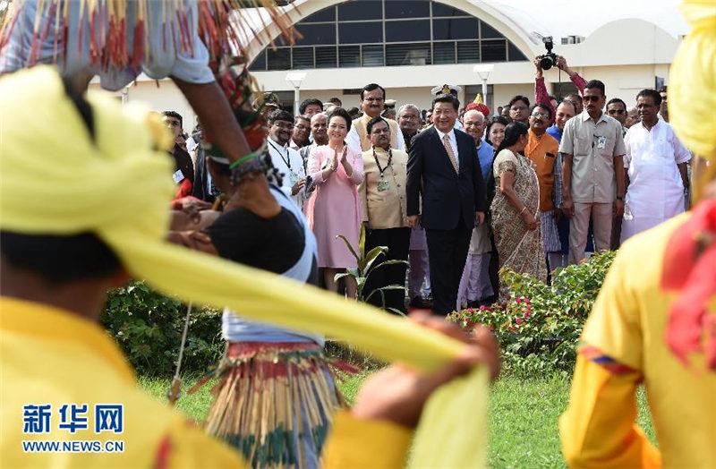 9月17日,国家主席习近平抵达古吉拉特邦艾哈迈达巴德市,开始对印度进行国事访问。 新华社记者 马占成 摄
