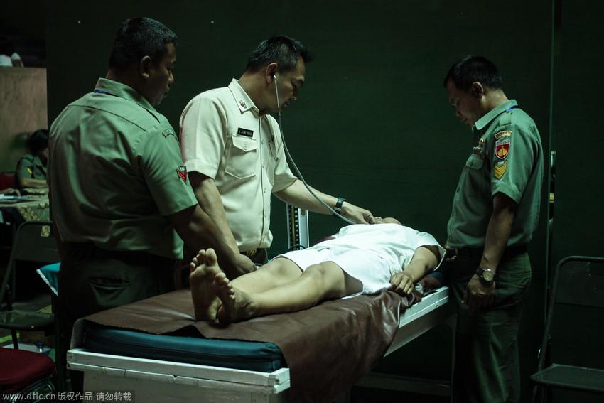 高清:印尼女性接受征兵体检 国际