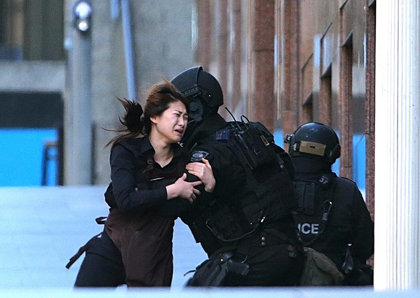 高清:人质从澳绑匪处逃出 哭着跑向警察--国际--人民网w7下載