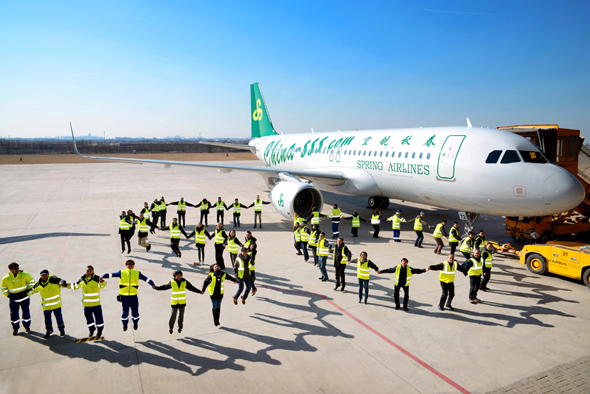 人民网天津2月11日电 (杨铁虎)总部位于上海的春秋航空公司11日在空客天津交付中心接收了一架由空客天津总装线完成总装的A320飞机。至此,春秋航空的机队规模达到50架,运营的飞机全部为空客A320机型,全经济舱配置。 春秋航空此次接收的新飞机是通过工银金融租赁有限公司租赁而来的,临时注册号为B-515L。该飞机选用CFM56型发动机提供动力,装配有鲨鳍小翼,采用经济高效的180座经济舱单舱布局。 春秋航空公司董事长王正华说:在我们即将庆祝春秋航空10周年的时候,迎来了第50架飞机,我们感到十分高兴。十年