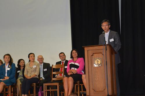 新西兰第17家孔子课堂喜迎揭牌 教育部长学写汉字