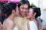 男子把双胞姐妹娶回家