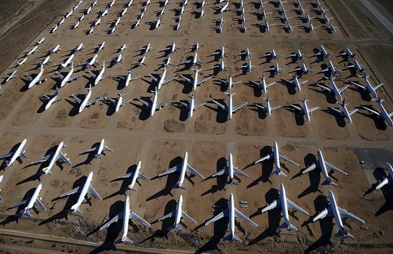 人民网4月16日电 位于美国加州南部沙漠地区的VIctorville有个全世界最大的民用飞机墓地(解体处理中心)。由于当地气候干燥,非常适合保存飞机,很多国家的民航公司把自己麾下的老旧客货机送到这里封存等待处理。 有些飞机在经过严格检修后会重返蓝天(返回母公司或者出售给其他客货运公司使用),有些飞机用来拆卸可用零部件。不过,等待这些大家伙的最后命运基本相同,就是拆光可用零部件后,将铝制机体变成易拉罐。 目前,当地共保存着100多架大型客机,其中既有波音747这样的巨无霸,也有早期配备三个引擎的DC-9客