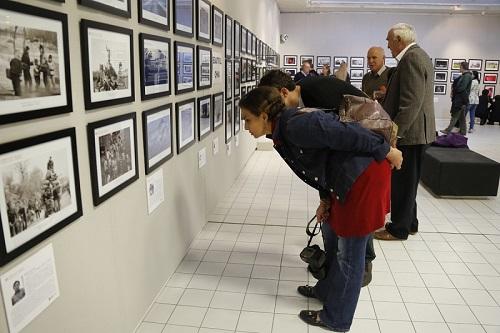 开幕式现场,南非观众在专注地观看中国名家摄影作品展作品