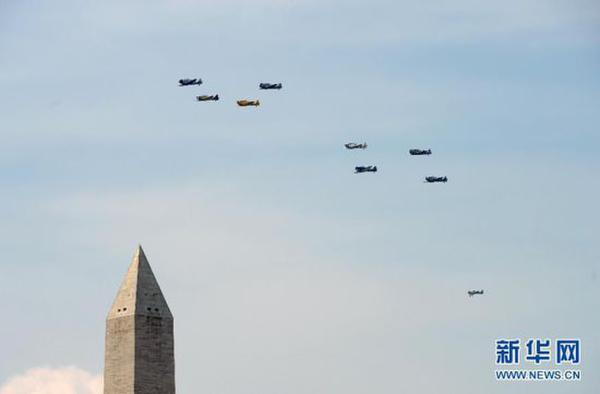数十架二战飞机列队飞过华盛顿纪念碑上空,接受美国总统奥巴马检阅