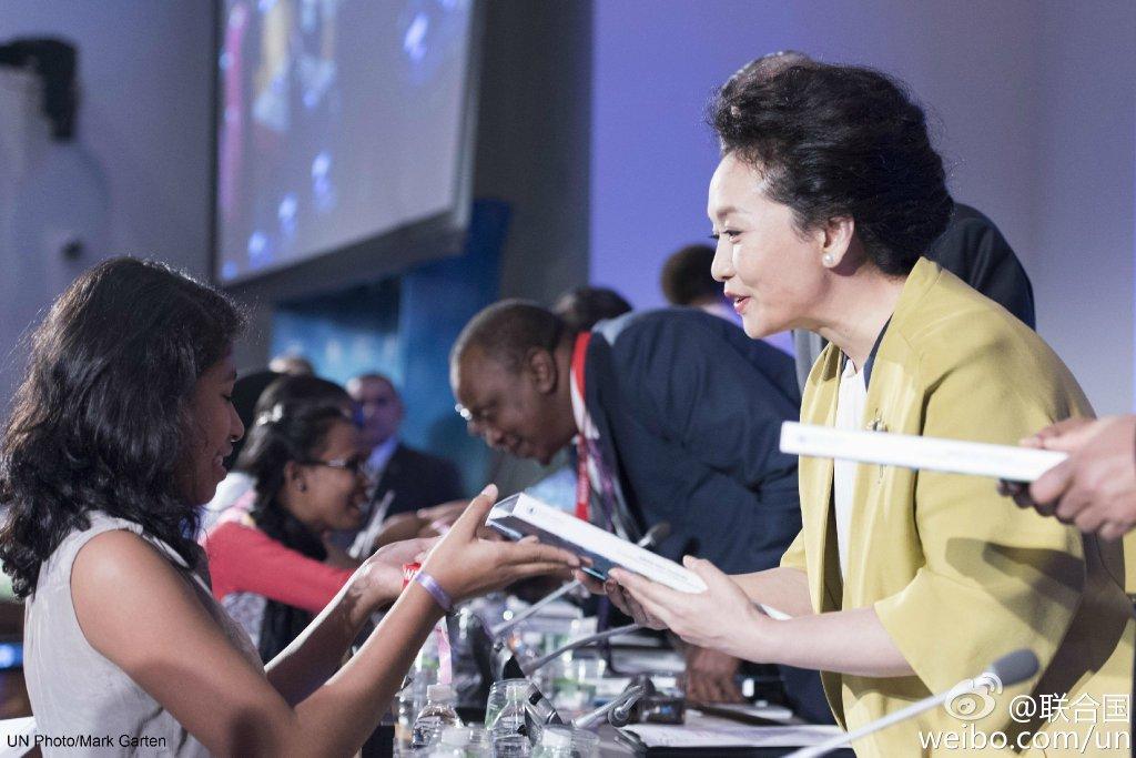 彭丽媛在联大一天两次全英文演讲 谈帮助艾滋