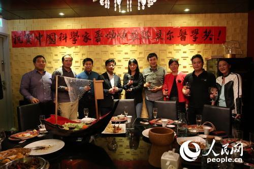欢庆会现场,华人华侨举杯庆贺屠呦呦获奖。 张颖摄