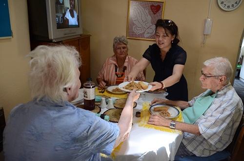 中国聋哑和日本_南非贵州商会看望聋哑当地老人院 为老人献上爱心和温暖