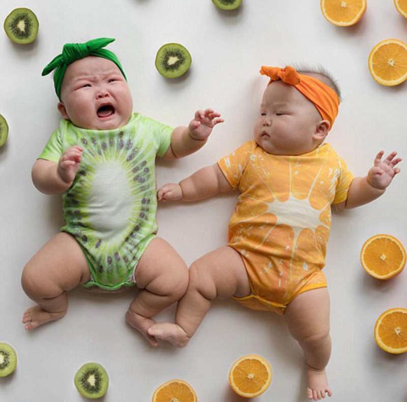 新加坡双胞胎宝宝可爱造型萌翻网友