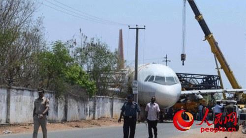 公司退役的空客320型号飞机在吊运过程中突然间掉下