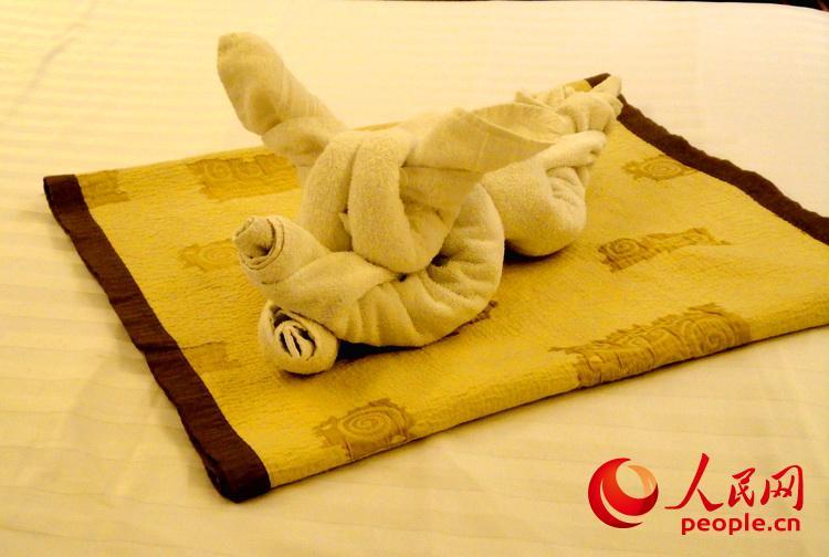 客舱服务员用浴巾精心叠出小动物,摆在床上给游客一个惊喜 于世文 摄