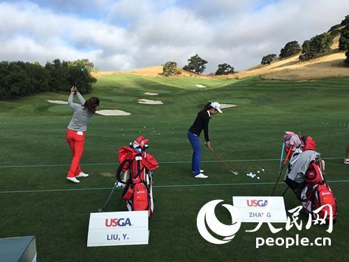 中国女子高尔夫选手刘艳和张芸杰在第71届美国女子公开赛前进行练习。(贾吉坡摄)