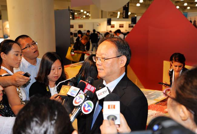 中国纺织工业联合会副会长高勇(中)接受媒体采访(人民网 殷淼 摄影)